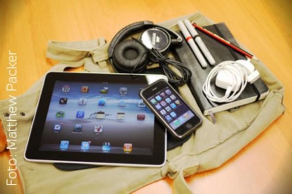 Wer sich auf das Bloggen mit einem Tablet einlässt, muss, wie hier beim mobilen Büro des australischen Blogger Matthew Packer zu sehen, deutlich weniger Gewicht mit sich führen.