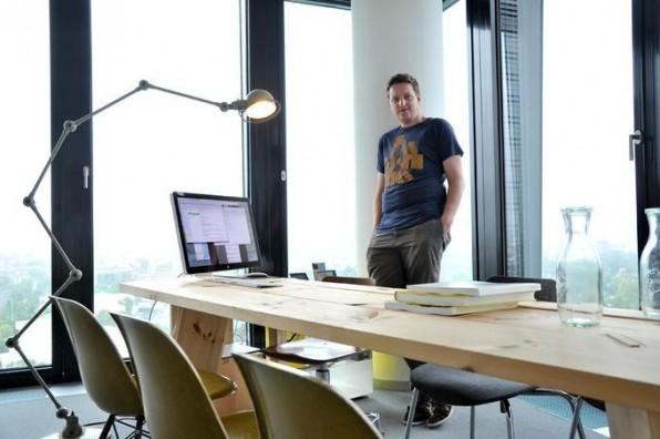 Süddeutsche.de-Chefredakteur Stefan Plöchinger in seinem Büro in München. Er nutzt eine Kombination aus Meeting- und Schreibtisch für die tägliche Arbeit.