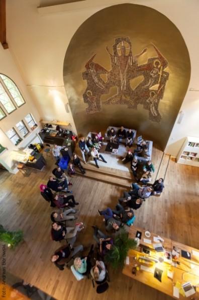 Mindestens zweimal die Woche versammelt sich die Kollegenschaft um den ehemaligen Altar zum Meeting.