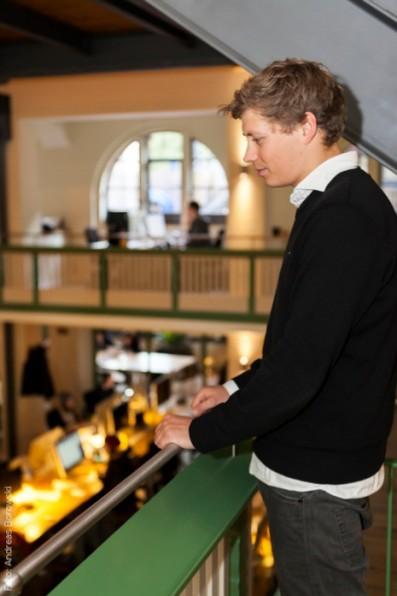 "Julian Vester mit Blick auf sein ""sakrales"" Büro"