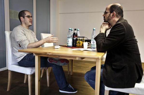 """Fabian Spielberger startete MyDealz im April 2007 als """"simplen"""" WordPress-Blog. Mittlerweile verzeichnet die Website über vier Millionen Unique Visits im Monat. Hier im Gespräch mit Luca Caracciolo, Redaktionsleiter des t3n Magazins (rechts)."""