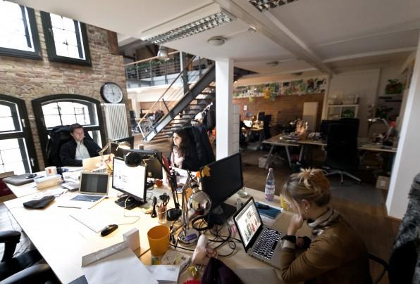 Die Six Minutes media GmbH sitzt in einem Berliner Loft-Büro und beschäftigt mittlerweile 25 Personen. Der Mini-Inkubator für E-Commerce-Startups betreibt neben MyDealz unter anderem auch Urlaubspiraten.de.