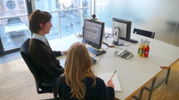 Messung des Blickverhaltens auf einer Website mit einem Eye-Tracker: Das Blickverhalten lässt Rückschlüsse auf die User Experience eines Nutzers zu.