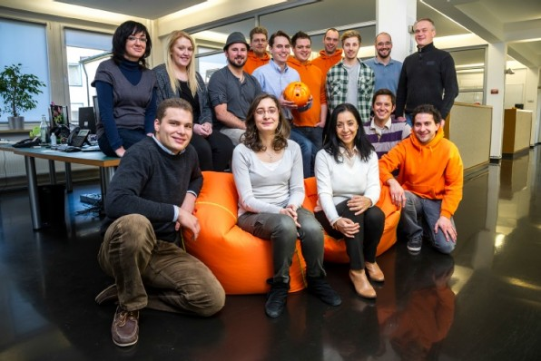 Das Münchener wywy-Team präsentiert stolz die orangene Bowling-Kugel. Standorte hat das Startup noch in den USA und Israel.