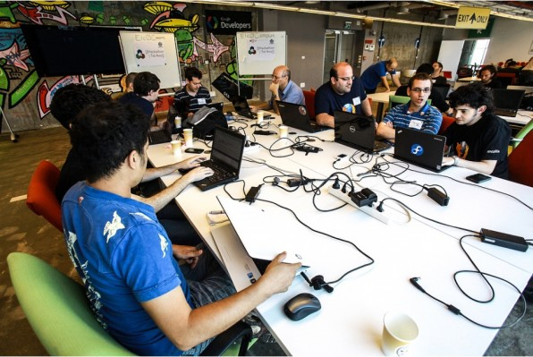 Hackathons machen Spaß und setzen kreative Energie frei. Auf diese Weise werden Ideen Realität, die im Arbeitsalltag untergegangen wären, glaubt etwa Betterplace-Entwickler Igelmund. (Foto: Wikimedia Tel Aviv)