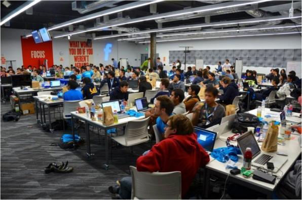 Bei Facebook haben Hackathons eine lange Tradition. Für Teilnehmer gilt: Projekte aus dem Arbeitsalltag sind tabu, es soll Neues entstehen. (Foto: Facebook)