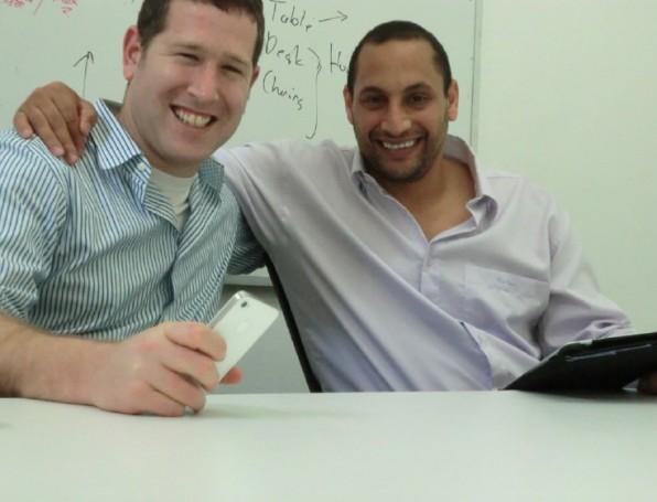 Die beiden Wispa-Gründer Shachar Grembek (links) und Netanel Teicher: Die iOS-App aggregiert Facebook-Posts, in denen jemand etwas verkaufen oder vermieten will. (Foto:Michael Lemster)