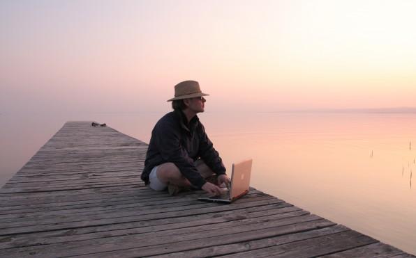 Was heißt heute eigentlich Arbeit? Die technologischen Möglichkeiten des Netzes ermöglichen es, von überall aus produktiv zu sein. Und das gelingt außerhalb des Büros oftmals viel besser – vor allem dann, wenn es um kreative Tätigkeiten geht.  (Foto: Gerhard Wanzenböck / Fotolia)