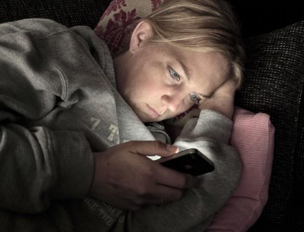 Laut Bundesamt für Strahlenschutz nimmt die Mehrheit der Deutschen ihr Smartphone mit ins Schlafzimmer. Wer vor dem Einschlafen oder in der Früh als erstes die Mails zu checkt bringt sich jedoch um die wertvollen Offline-Phasen, was auf lange Sicht zu Erschöpfung und Konzentrationsstörungen führen kann. (Foto: bramgino / Fotolia)