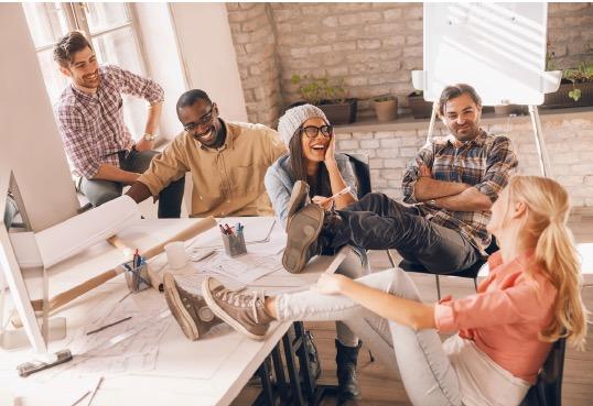 Richtig viel Spaß? Unter Umständen nicht die beste Voraussetzung für ein produktives Meeting. Denn so dauert's länger. (Foto: Geber86 / iStock)