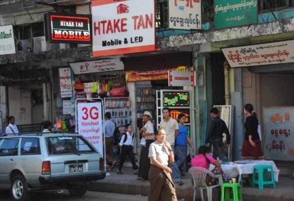 Die beliebten Mobile-Shops prägen schon nach kurzer Zeit das Straßenbild von Yangon. (Foto: Lisa Hegemann)