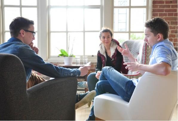 So schön kann E-Commerce sein: Laura Behrens und Simon Kreuz (rechts) schwärmen im Gespräch von der Mentalität im Silicon Valley, die das Gründen so viel einfacher macht als hierzulande. (Foto: Florain Blaschke)