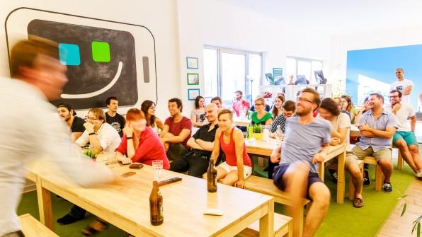 Bei kleineren Startups, wie etwa der Fonepit AG, ist das Retention-Management oft spontan und experimentell. Die Feel-Good-Managerin des Unternehmens organisiert, was den Mitarbeitern wichtig ist.  (Foto: Fonepit AG)