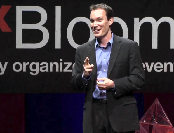 Wozu ist es gut, fröhlich zu sein? Der amerikanische Forscher Shawn Chor hat herausgefunden, dass unser Gehirn deutlich lernfähiger und produktiver ist, wenn wir guter Dinge sind, als unter Stress. (Screenshot: YouTube)