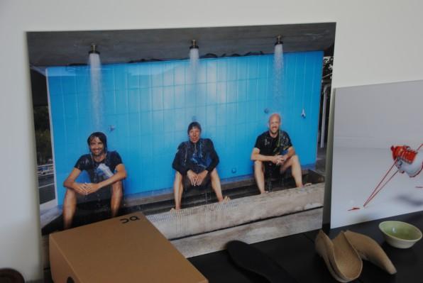 In Klamotten duschen, wenn es sein muss: Auf einem Foto in der Firmenzentrale haben sich die Gründer Caspar Coppetti, Olivier Bernhard und David Allemann (von links) verewigt.