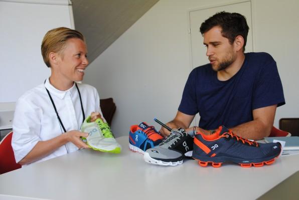 E-Commerce-Leiterin Majken Rönne und Mitarbeiter im E-Commerce-Team Frederik Borst tragen die On-Schuhe selbst. In Sachen Marketing setzen sie auf Storytelling und Content-Marketing. So finden sich in dem On-Blog viele verschiedene Formate: von Schuh-Selfies, Listicles bis hin zu Laufausrüstungen bekannter Athleten.