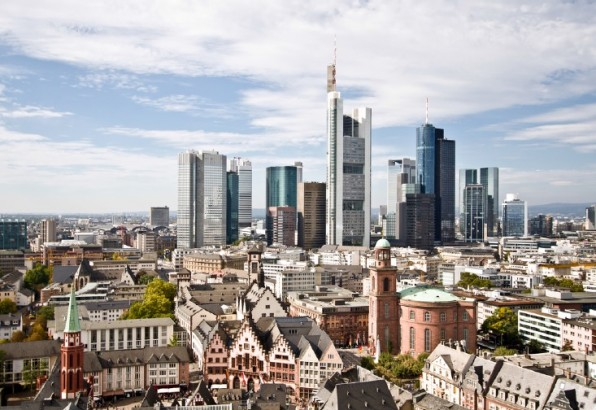 Noch haben die Frankfurter Bankhäuser gut lachen. Doch ihre prominente Rolle im Endkundenkontakt werden die meisten von ihnen schon bald aufgeben müssen. (Foto: S-F / Shutterstock)