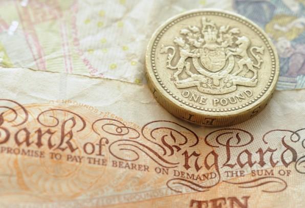 """Das Zahlungsversprechen der Queen auf den britischen Pfundnoten zeigt, wie ein staatliches Währungssystem funktioniert: """"Ich verspreche dem Überbringer auf Verlangen die Summe von 10 Pfund zu zahlen"""". (Foto: pitchr / Shutterstock.com)"""