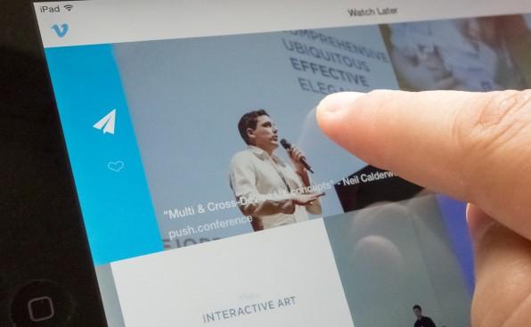 Die Nutzung der Vimeo-iPad-App wird durch unsichtbare Affordances übersichtlich und intuitiv: Je nachdem, wie weit man nach links oder rechts wischt, erhält man als Nutzer unterschiedliche Funktionen zur Wahl.