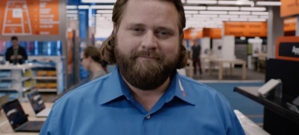 Bei Technikfragen, Tech-Nick fragen – lautet das Motto der Saturn-Kampagne, die die Hamburger Agentur Serviceplan Campaign für die Elektronikkette entwickelte. Antoine Monot, Jr. spielt dabei den Tech-Nick – einen sympathisch-nerdigen Kundenberater.