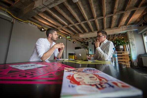 Kleines Büro, große Ambitionen: t3n-Redakteur Daniel Hüfner (re.) spricht in Berlin mit Sharethemeal-CEO Sebastian Stricker. Der Österreicher hat sich zum Ziel gesetzt, den Hunger auf der Welt zu beenden.
