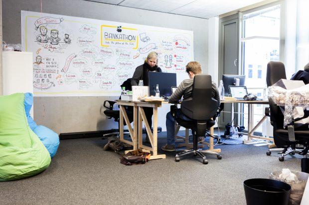 """Das Team von Figo hat gerade erst den Startup-Wettbewerb des Branchenverbandes Bitkom in der Kategorie """"Finanztechnologie"""" gewonnen – eine Belohnung für das Wiederaufstehen nach dem Rausschmiss aus dem App-Store. (Foto: Leonard Körner)"""