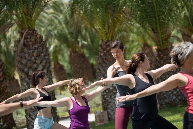 Mit Karmahike bietet Claudia Gellrich geführte Wanderungen mit Yoga- und Meditations- Elementen an. Erprobt hat sie ihre Geschäftsidee zunächst nebenberuflich, dann in Teilzeit. (Foto: Kosta Stamopoulos)