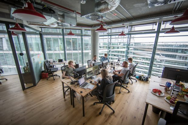 Mittlerweile zählt Spectrm neun Mitarbeiter. Das Startup hat bereits Pläne für ein weiteres Büro in den USA. Dort sitzen viele Kunden des jungen Unternehmens: und die Konkurrenz. (Foto: Michael Hübner)