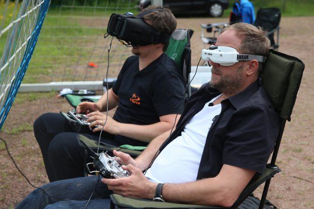 """Drohnen-Lenker Smudo: Mit der Brille auf dem Kopf konnte er direkt den Flugweg der Drohne einsehen – """"ganz erstaunlich"""", so Smudo. (Foto: Jörn Pollex für Syfy)"""