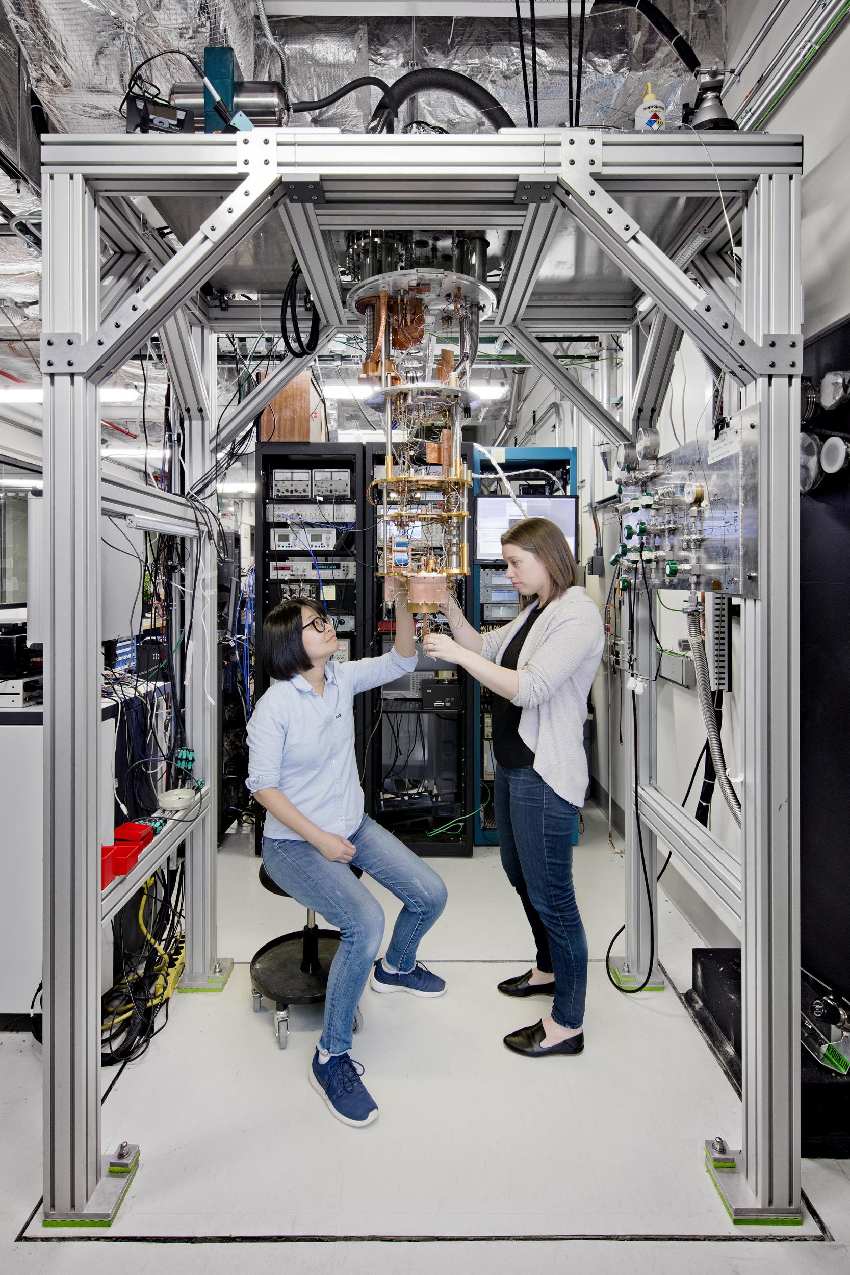 Im IBM Q-Lab in New York arbeiten Ingenieure und Wissenschaftler am universellen Quantencomputer, der eines Tages auch kommerziell vertrieben werden soll. (Foto: Connie Zhou für IBM)