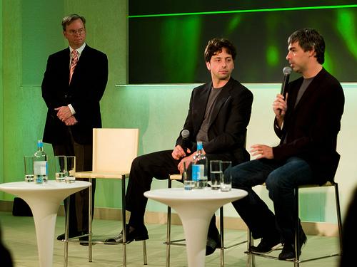 Google CEO Eric E. Schmidt, Gründer Sergey Brin, Larry Page (v.l.n.r.). Foto: joi, Flickr.com. Klick führt zum Artikel bei t3n.de