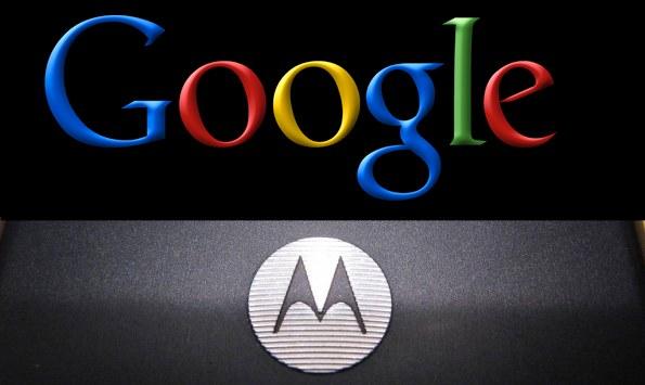 auf schwarzen Hintergrund Motorola-Logo unten in Schwarz-weiß, Google-Logo oben in den Google Farben