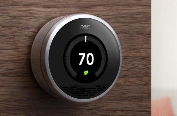 """Mit diversen Sensoren beobachtet der """"Nest"""" Thermostat die Umgebung und verbindet sich per WLAN auch mit dem Internet, um von dort die aktuelle Wetterlage abzurufen. Das alles aber soll den Kunden am besten gar nicht interessieren. Er hat einfach schick designtes Stück High-tech an der Wand."""