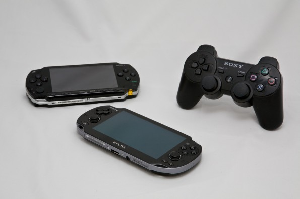 Mobile und stationäre Verwandschaft: Die PlayStation Portable, PlayStation Vita und ein PlayStation-3-Controller. (Foto: Sébastien Bonset)