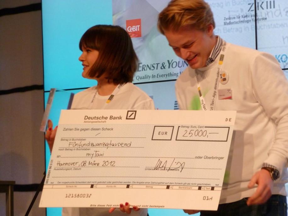 Die CODE_n12 Award-Gewinner von myTaxi mit dem Siegerscheck.