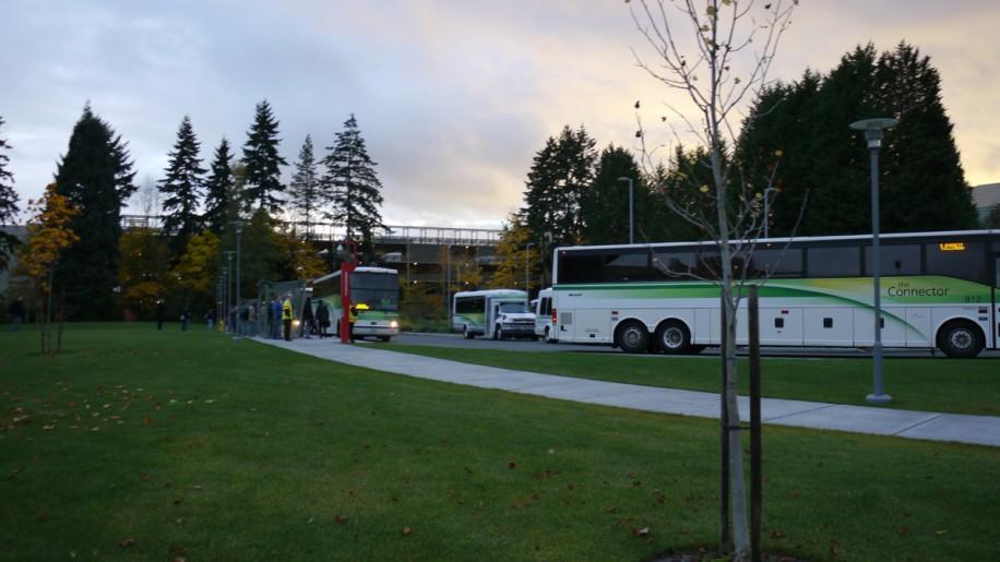Shuttle-Busse bringen die Mitarbeiter in die umliegenden Städte.