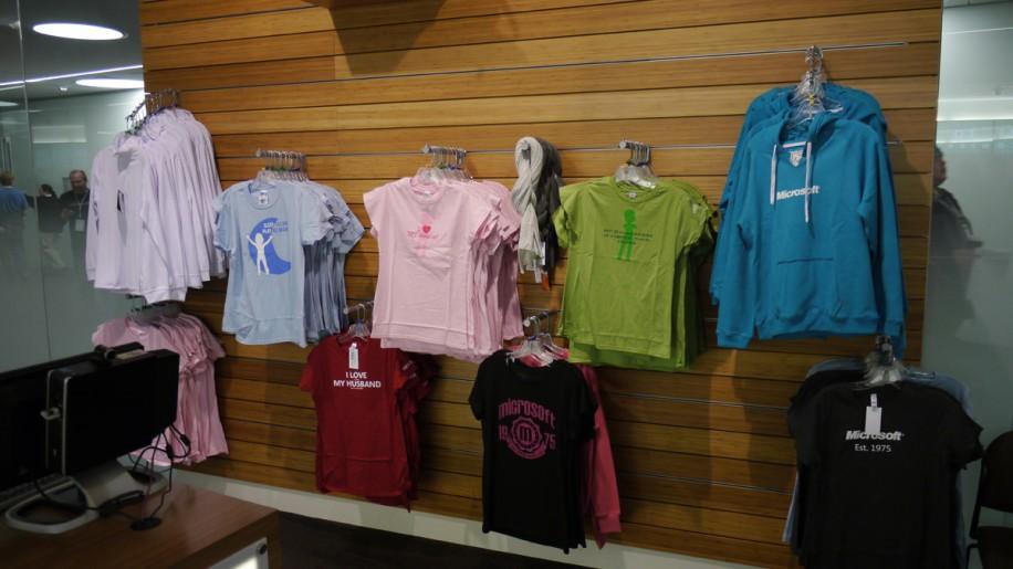 Auch weibliche Fans finden im Store etwas Passendes.