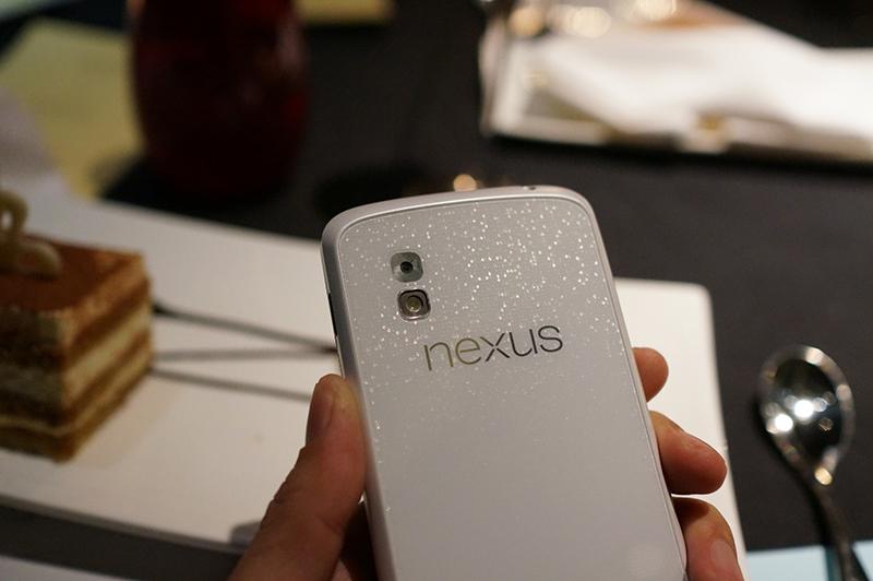 """Nexus 4 in weiß: Die Rückseite ist komplett in weiß und mit einem reflektierendem Muster unterlegt <p style=""""text-align: left"""">Bild-Quelle: <a href=""""http://www.tinhte.vn/threads/1858101/"""">Tinhte.vn</a></p>)"""