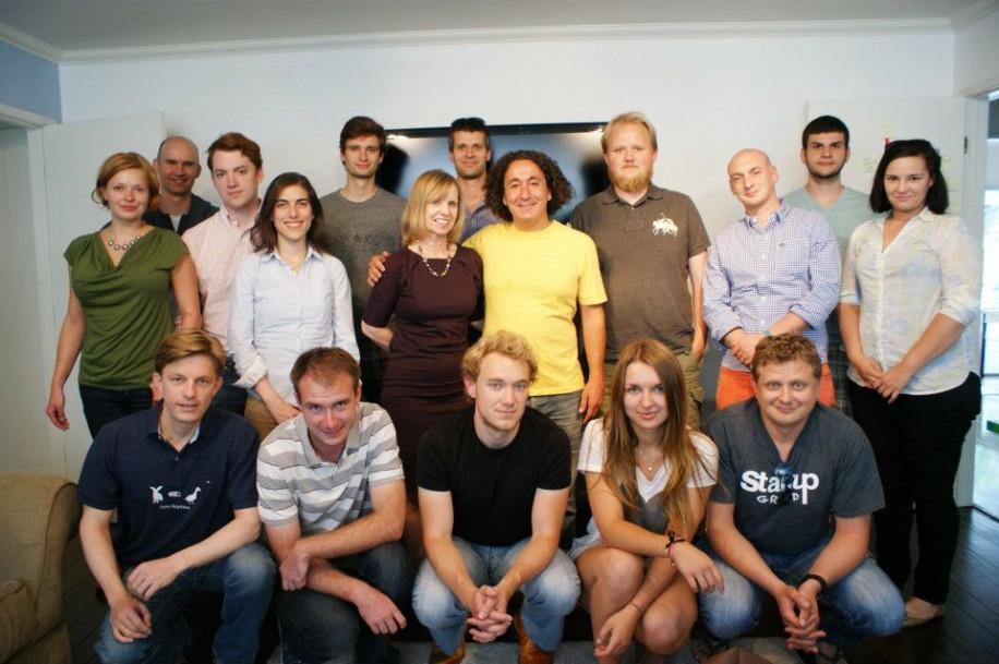 """Die Teilnehmer des """"Blackbox Connect"""" Programms mit Fadi Bishara (Mitte) von Juli bis August 2012."""