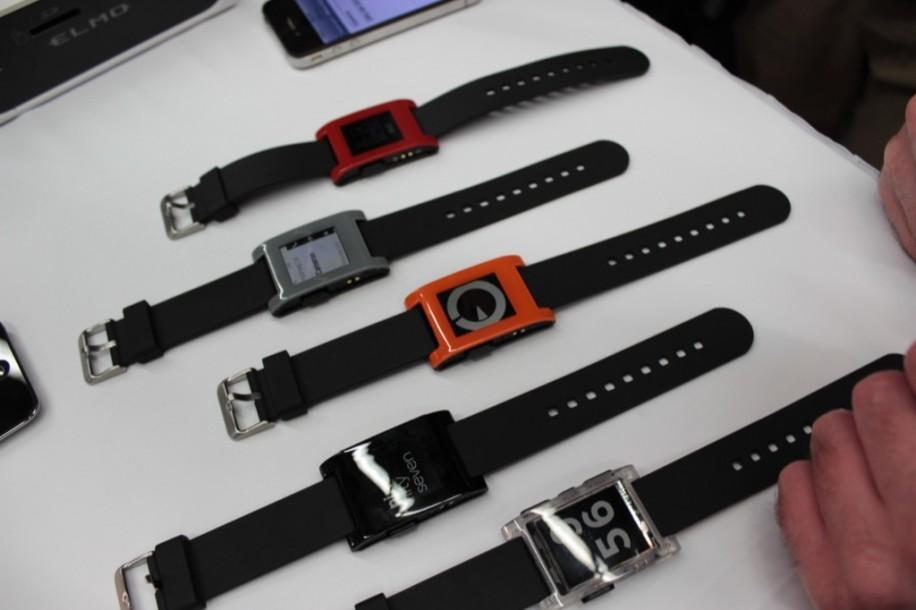 Auf der CES zeigte das Pebble-Team die finale Version der Uhr in allen Farben.