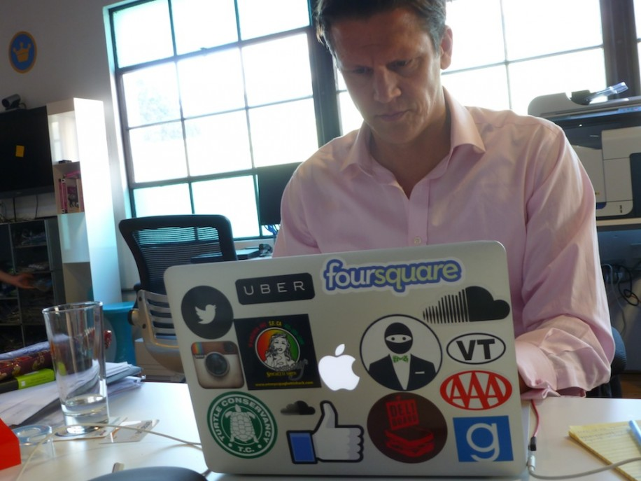 Das Macbook von Holger Lüdorf, Leiter Unternehmensentwicklung, ist voller Statements.
