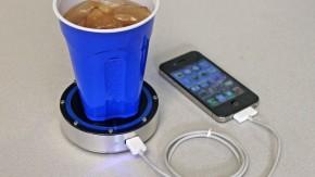 Smartphone-Akku mit heißem Kaffee oder kaltem Bier laden