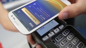 Das Auto zahlt die Tankfüllung: Bezahltechnologien von Visa und MasterCard für Wearables und Autos