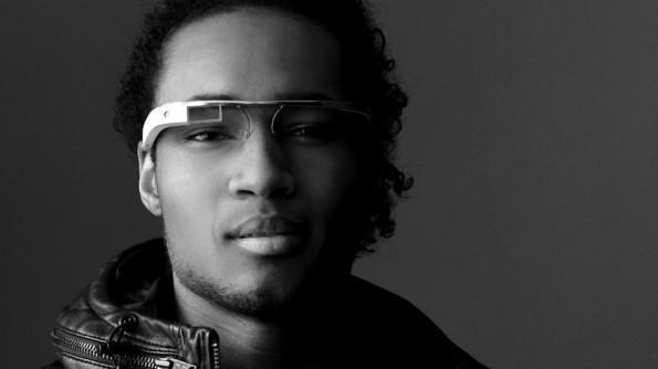 Träger von Google Glass stechen optisch noch aus der Masse hervor – das wird sich ändern. (Quelle: Google)