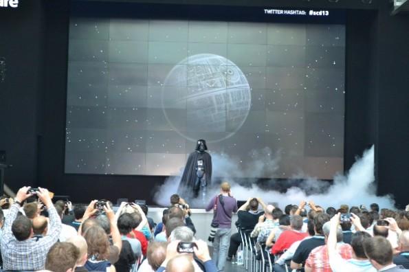 """""""Darth Vader"""" als Sinnbild der """"dunklen Macht"""" der großen Marktplätze betritt die Bühne. (JGWeber)"""