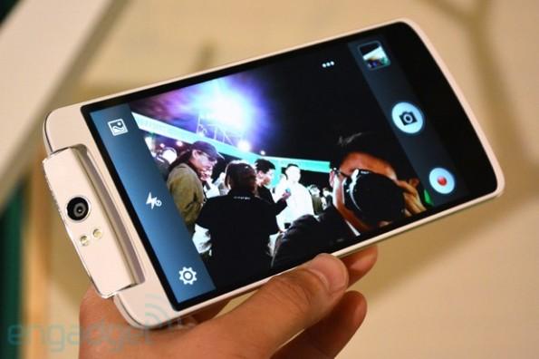 Die Kamera des Oppo N1 dient als Front- und Rückkamera und kann um 206° gedreht werden. (Quelle: engadget.com)