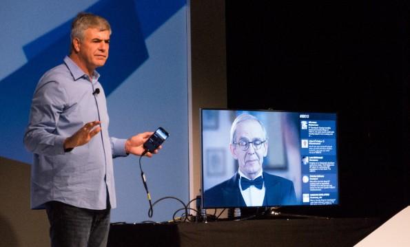 Samsung präsentiert seine eigene Multiscreen-Technologie: Im Gegensatz zur Konkurrenz verschmilzen die Second-Screen-Inhalte mit dem Fernsehprogramm. (Bild: Moritz Stückler)