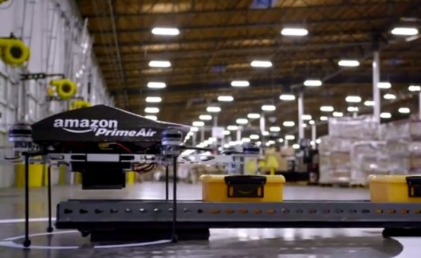 Amazon Prime Air: Eine Drohne bringt Pakete bis vor die Haustür. (Screenshot: Amazon-Prime-Air - YouTube)