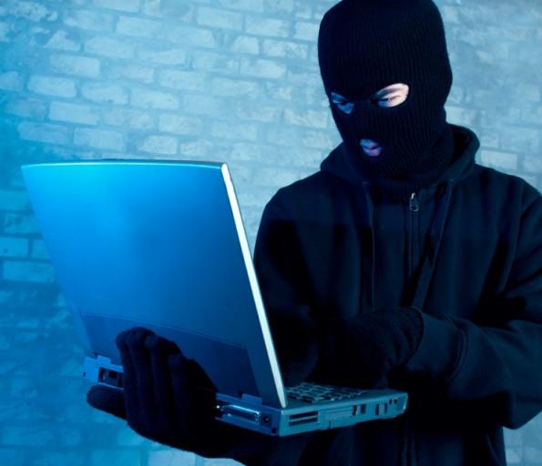Der einhändige Hacker mit seiner Skimaske. (Foto: © mikkelwilliam)