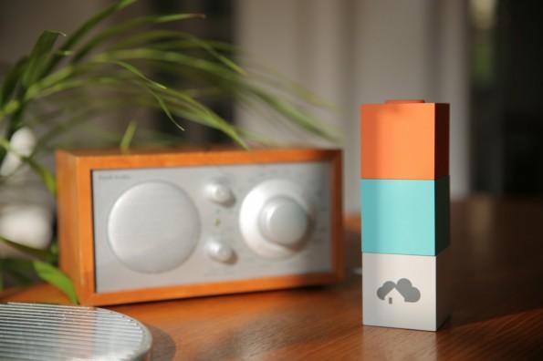 """Das Herzstück von """"Homee"""" ist der """"Brain Cube"""". Er verbindet sich mit App und Hardware und kann durch kleine Zusatzmodule in Würfelform erweitert werden. (Foto: Codeatelier)"""